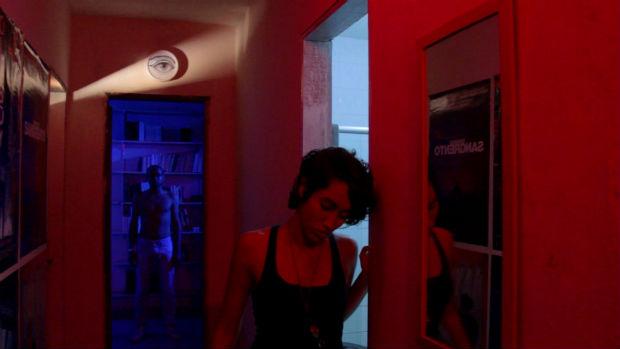"""""""Rua Cuba"""" adota elementos de terror para mostrar festa em uma casa na ladeira. Foto: Fricção-científica/ Divulgação"""
